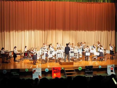吹奏楽部「Don't stop music!」強豪の吹奏楽部は、パーテーションを使用して演奏。「練習方法を変え、限られた時間内で練習してきました。演奏できてうれしいです」という部長さんの言葉通り、演奏する喜びにあふれた圧巻のステージでした。