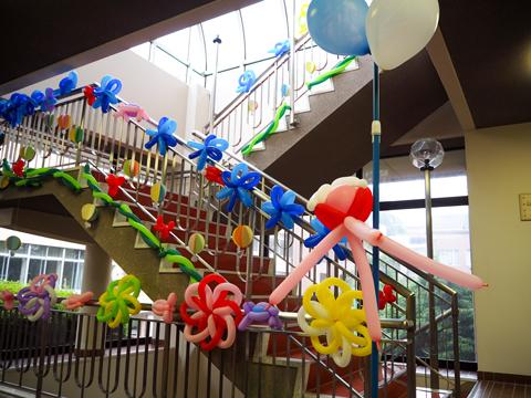 講堂の入り口を彩る装飾。風船アートが得意な一般生徒が手伝ってくれたという。