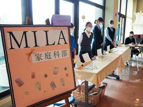講堂のロビーで販売された家庭科部の手づくりアクセサリーも大人気。