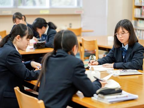 """探究型学習の授業は図書館で行われ、豊富な本を活用しながら""""学び方""""を学ぶ。"""