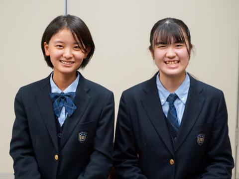 金子さん(左)はテニス部のキャプテン、奥住さん(右)は吹奏楽部でバリトンサックスを演奏しており、ともに文武両道。