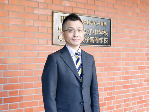 進路部部長兼、高校1年2組副担任の中村剛先生。地理歴史科の地理をご担当で、バドミントン部の顧問でもあります