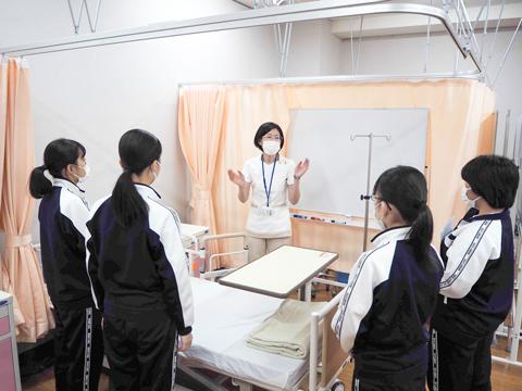 東京純心大学看護学部看護学科の授業の様子。大学教授から直接指導を受けられます
