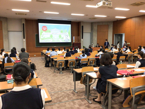 東京女子大学に在籍する純心の卒業生2名が、大学の魅力を説明してくれました