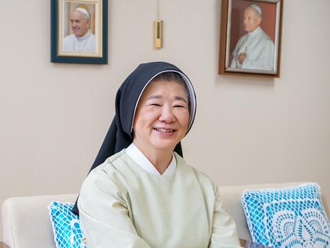 松下先生は、長崎県、鹿児島県にある純心学園の姉妹校で教鞭を取り、2013年より同校に着任。生徒たちと廊下ですれ違うたび、にこやかに話をする姿が印象的です