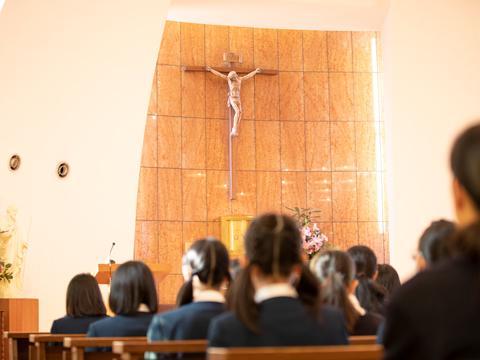学期に数回行われる聖堂朝礼では、聖歌を歌い、聖書の言葉に耳を傾ける穏やかな時間が流れます