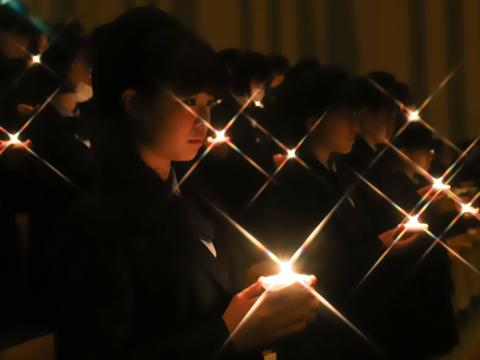 クリスマス会では、キャンドルサービスやハンドベル演奏を通して平和を願います