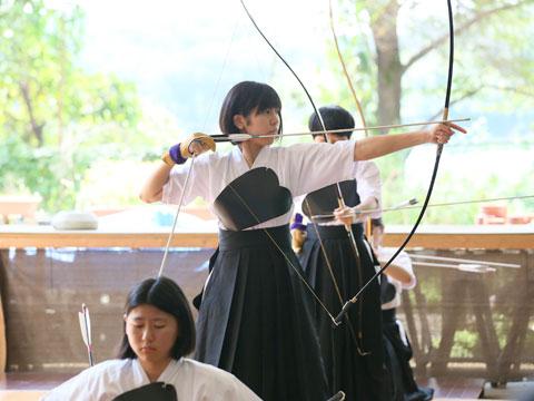 弓道部の練習では、正しい型をキープするのが大変。