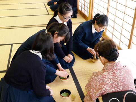 茶道部で学ぶ姿勢や立ち振る舞いは、社会に出てからも役に立つ。