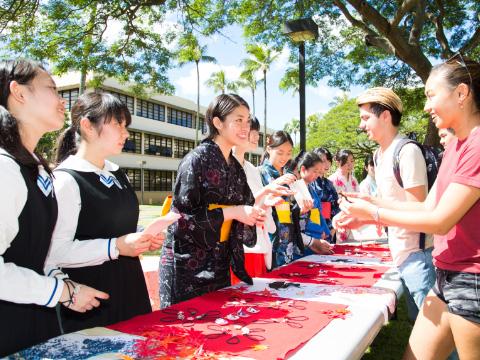 事業化実習の一環で実施したハワイ大学でのバザー
