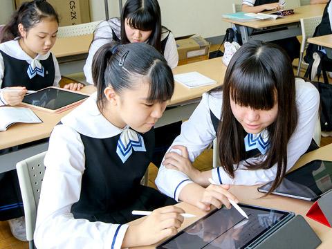 ICT教育を受ける生徒たち