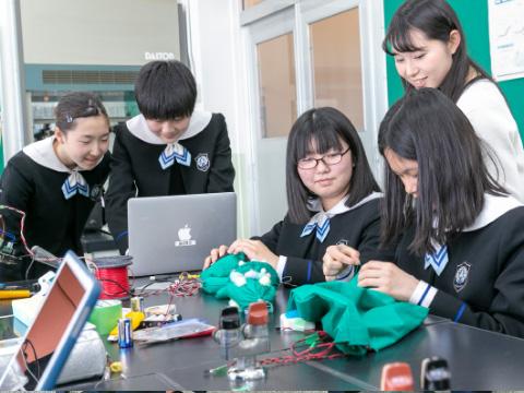 中2生は創造性教育でエンターテインメントロボットコンテストに挑戦。廣瀬先生は創造性教育のアドバイザーとして、学校で行われる「創造性教育発表会」などに参加しています。