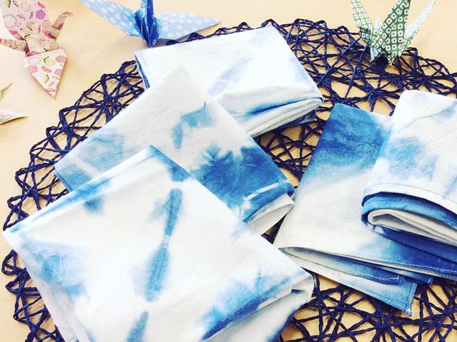 高2生が「創造性教育」の授業で準備した手染めの藍染小物も販売