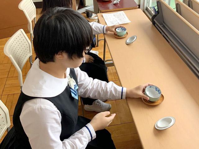 大人の日本女性としてのたしなみを学ぶ「礼法」の授業