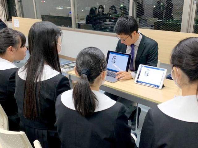 大学の先生が瀧野川女子生のために来校して行われる「進路説明会」