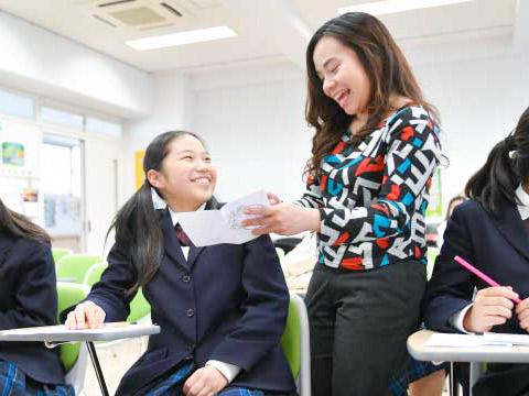 楽しそうに会話する生徒と先生