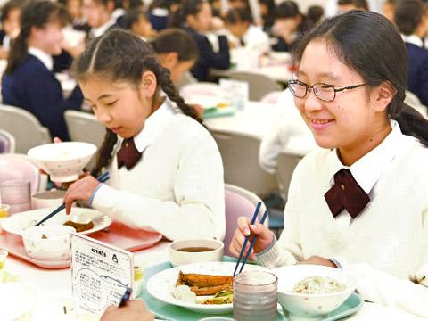 ランチを食べる生徒たち