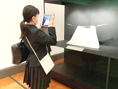 展示品を撮影する生徒