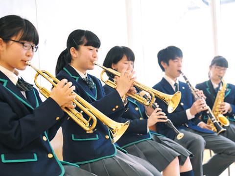 演奏中の生徒