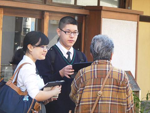 神奈川県鎌倉市への遠足では、街頭調査も行う