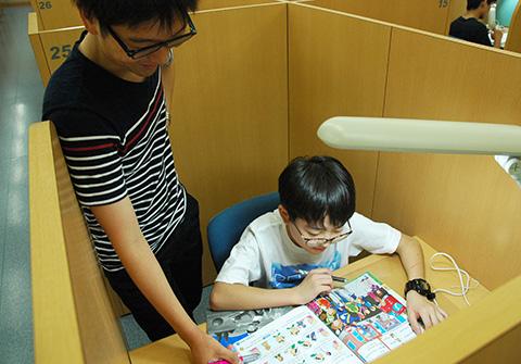 現役千葉大生 辻賢さんが生徒の指導をしているようす