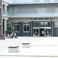 [校内]広場でお弁当を食べる生徒も多い