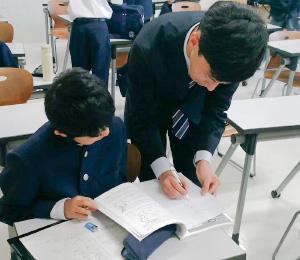 大学生の熱心な指導を受ける生徒