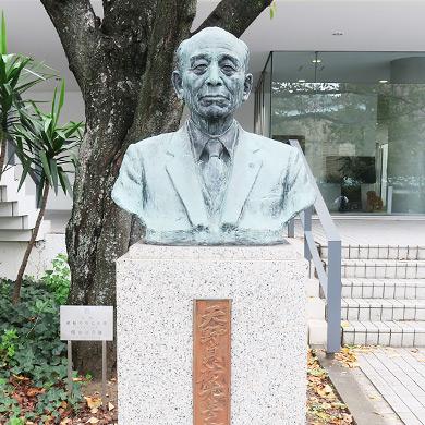 戦後の獨協教育の礎を築いた第13代校長 天野貞祐氏の銅像