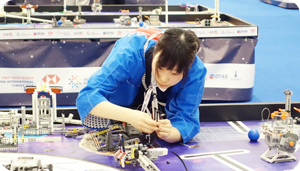 ロボットの制作に取り組む生徒のようす