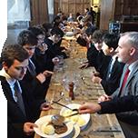 選抜された男子部生が毎年2名、ウィンチェスター・カレッジで研修を実施しています。
