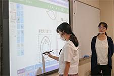 電子黒板に絵を描く生徒たち