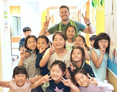 児童と一緒に記念撮影するLCAの先生