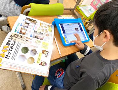 タブレットを使って学習する児童