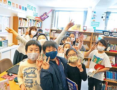 ライブラリーに訪れる大勢の児童たち