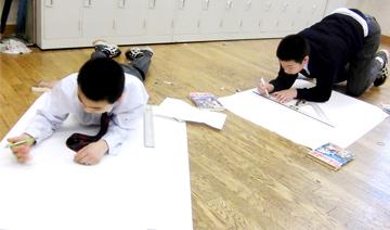 写真 自分新聞を手書きでまとめる生徒