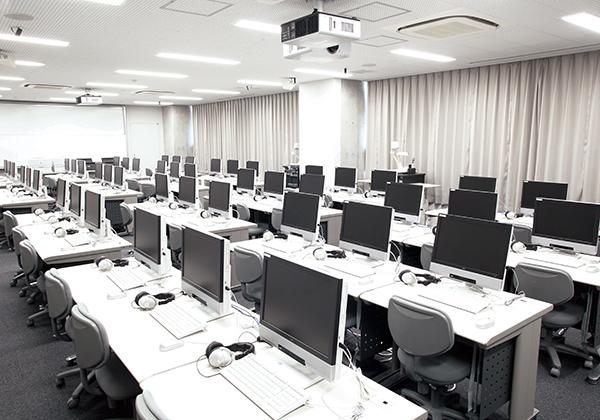 コンピュータ室には、どの席からも先生の説明資料が見えるように、大型プロジェクターを教室の前後2箇所に配置。