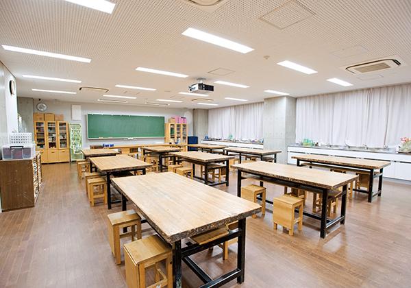 美術室は制作に集中できるよう、机の間隔を広く取っています。