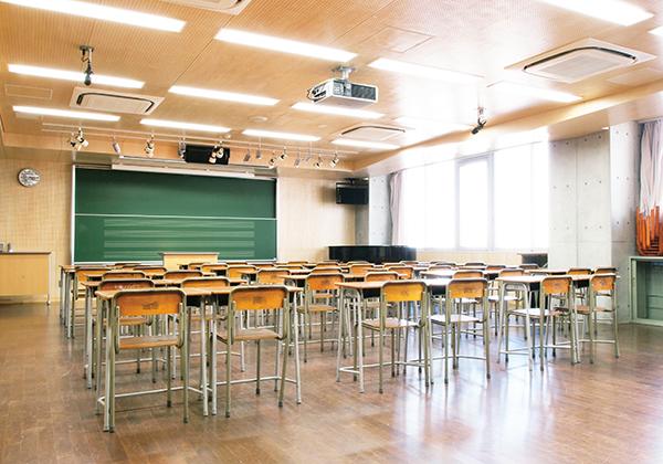 音楽室は、座学の途中でも後方のスペースに移動するだけで合唱・合奏の練習が可能。