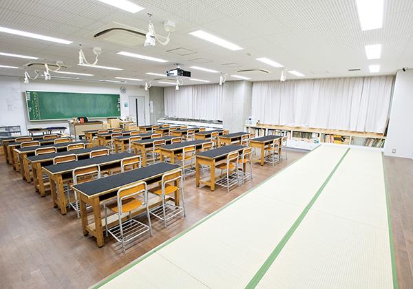 書道室の机は縦長にも使用できるため、丈の長い全紙も使えます。畳敷きのスペースも設けられています。