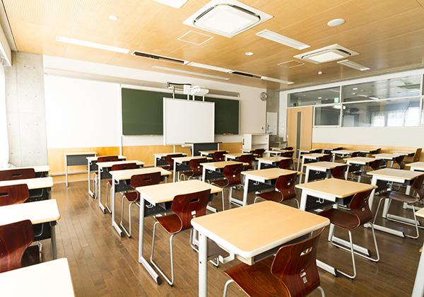 多くの時間を過ごす教室は、自然通風システムと冷暖房の快適環境が整っています。