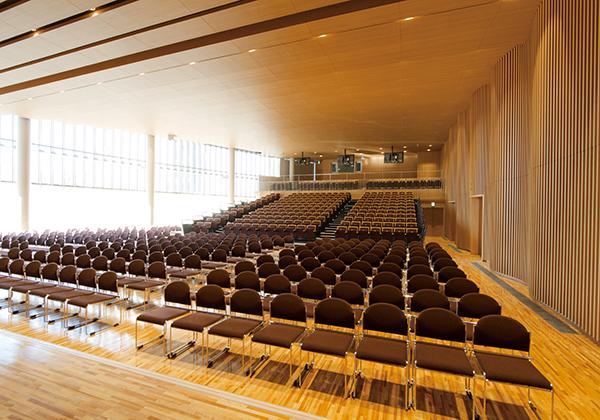 約600席の行学ホールは多目的の講堂として学校行事や講演会、コンサートに使用されます。