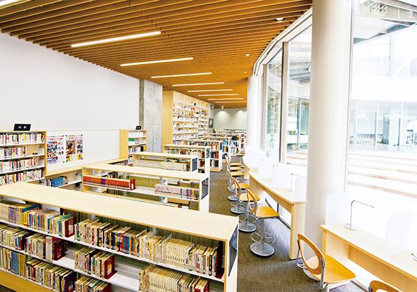 図書館には中庭テラスに面した閲覧席が並びます。多くの蔵書に加え、自主学習スペースを備えます。