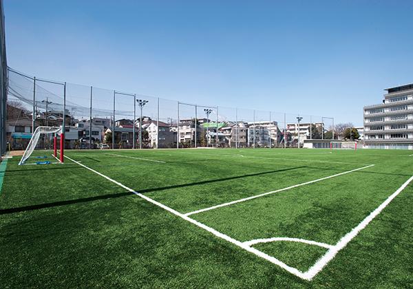 約5,300平米のグラウンドはほぼ全面が人工芝で陸上競技のレーンや砂場なども併設しています。
