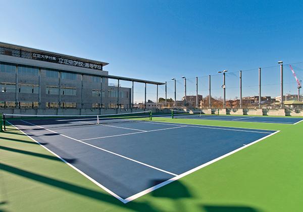 ナイター設備を備えた屋上テニスコートを2面、練習用コートを1面用意しています。