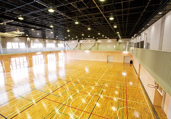 採光性を高めたアリーナは、プロバスケットボールチームの東京エクセレンスに練習場として提供しています。