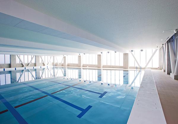 公認競技と同じ規格の室内プール。全部で8レーンの広さがあるので、ゆったりと泳ぐことができます。