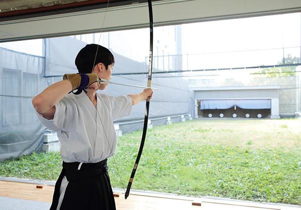 最大5人立ができる弓道場です。全国大会でも実績のある弓道部を支えます。