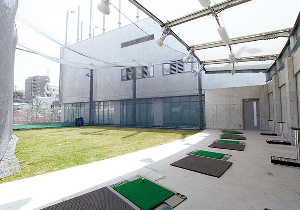 ゴルフ練習場には、5つの打席があるショット練習用スペースと、パッティング練習ができるグリーンがあります。