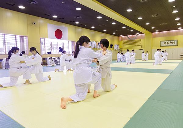 300畳の武道場は男女ともに必修科目の柔道や剣道の授業でも利用されます。