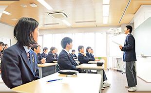 スピーチをする生徒
